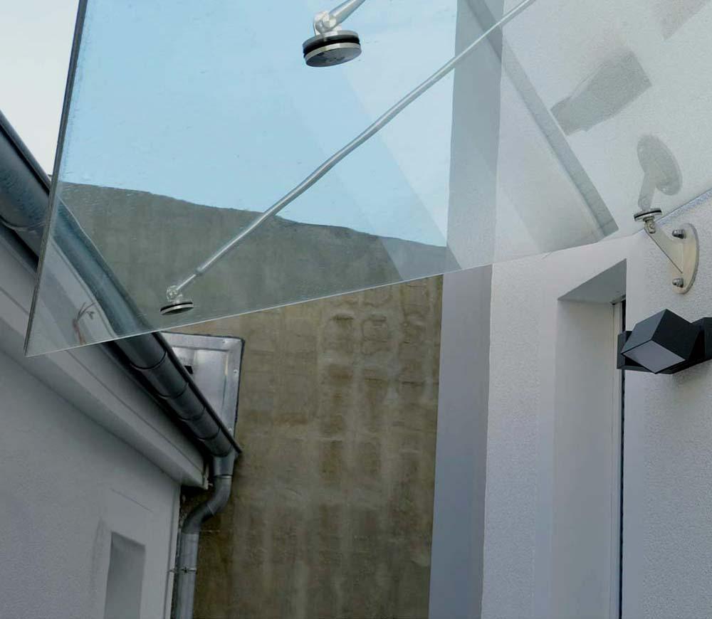 Detailsansicht Glasvordach über Hauseingangstür